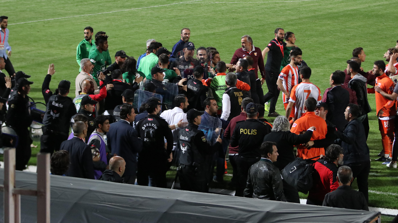 Çevik kuvvet iki takım arasında duvar oldu.
