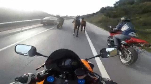 Yolda koşturan atları kovboy gibi kenara çeken motosikletliler