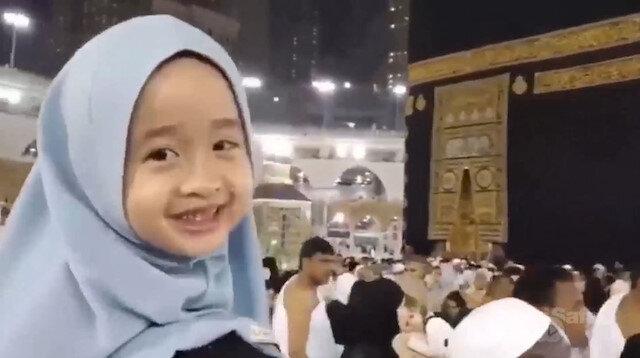 Kabeyi tavaf eden küçük kızın mutluluğu