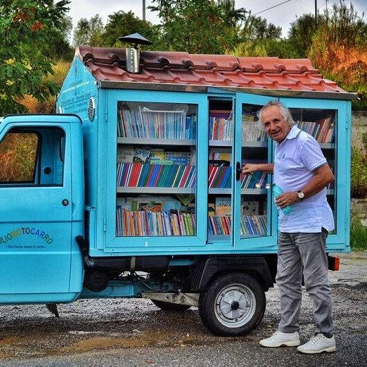 Üç tekerli kütüphanesini köy köy gezdiriyor
