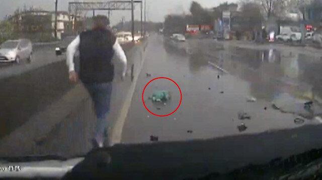 Kaza anında kamyonette bulunan bebek yola fırladı