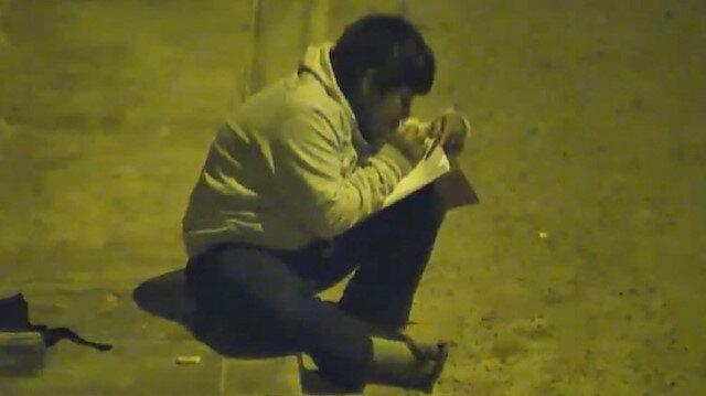 Peruda sokak lambası altında ders çalışıyor