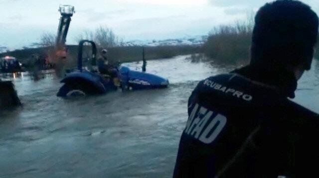 Traktörüyle dere ortasında kalan genci AFAD kurtardı