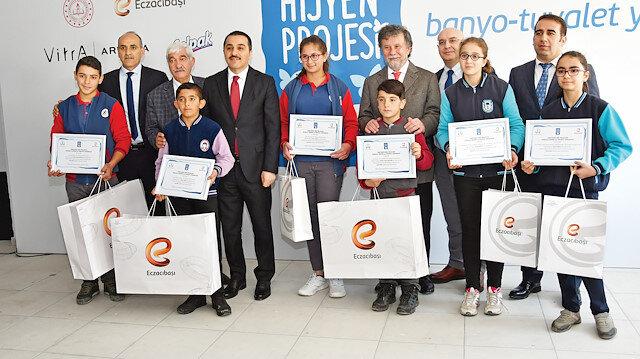 """Eczacıbaşı Gönüllüleri'nin Kars 'taki YBO'lar arasında düzenlediği """"Temizlik Bir Gelecek"""" adlı resim ve kompozisyon yarışmasında dereceye giren öğrencilere ödülleri verildi."""