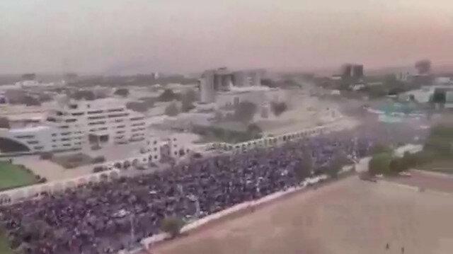 Sudan'da darbe sonrası muhalifler kutlama yapıyor