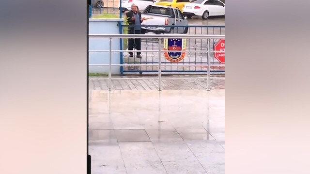 Karakolun önünde durup polise dua eden amca