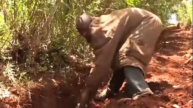 Köyüne tek başına kazma kürekle yol yaptı