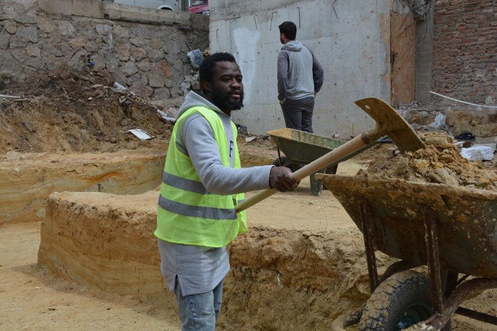 Christel geçimini sağlamak için inşaatlarda gündelikçi olarak çalışıyor.