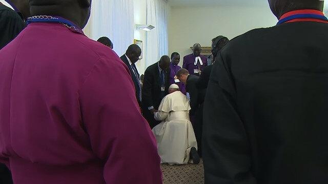 Papa Francis barışın devamı için ayak öptü