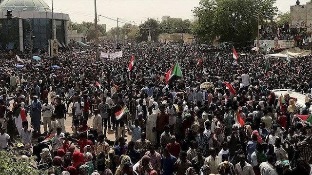 السودان..آلاف يواصلون الاعتصام لليوم الثامن أمام مقر الجيش