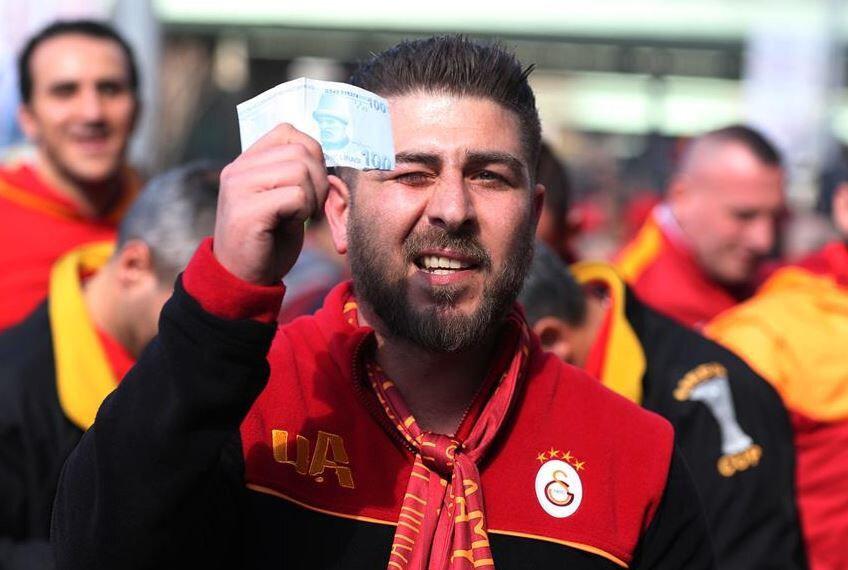 Galatasaraylı taraftarlar, yanlarında getirdikleri sahte paraları yerlere atarak Fenerbahçe'nin
