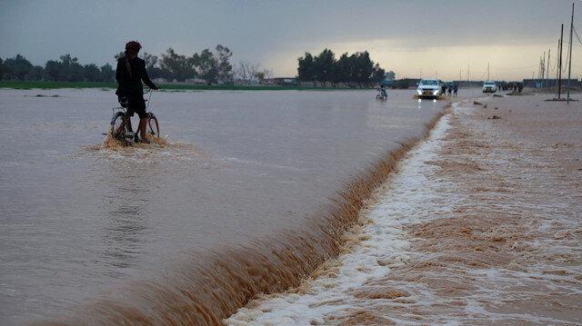 İran'ın 25 eyaletinde 17 Mart'tan bu yana etkili olan şiddetli yağışlar nedeniyle meydana gelen sel felaketi büyük hasara ve can kayıplarına yol açmıştı.