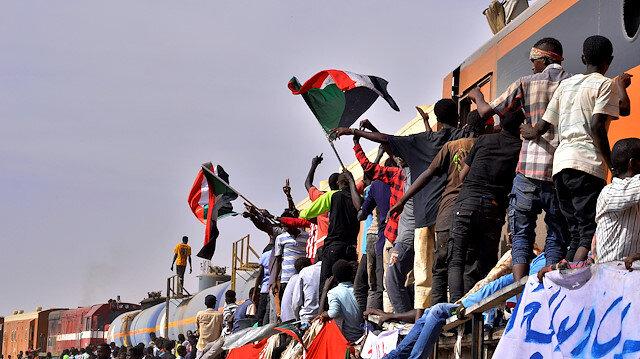Sudan'da halk sokaklarda.