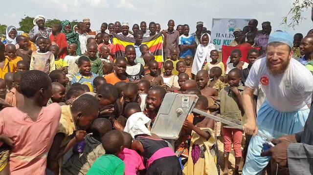 Afrika'da suyu gören çocukların sevinci duygulandırdı
