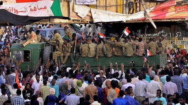 Sudan'da ordu göstericileri dağıtıyor