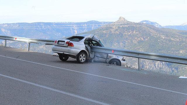 Bariyere saplanan otomobilin, 800 metrelik uçuruma yuvarlanmaktan kurtulduğu ortaya çıktı.