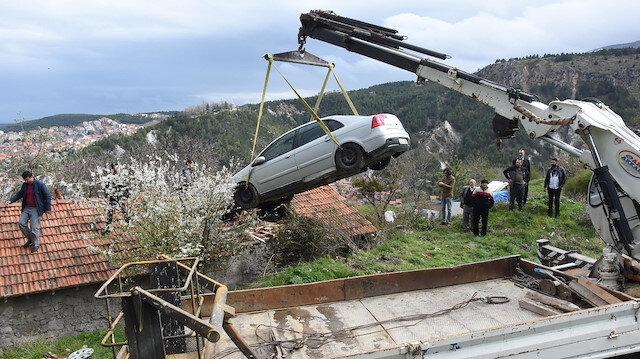 Çatıya uçan araba çekici yardımıyla bulunduğu yerden kaldırıldı.