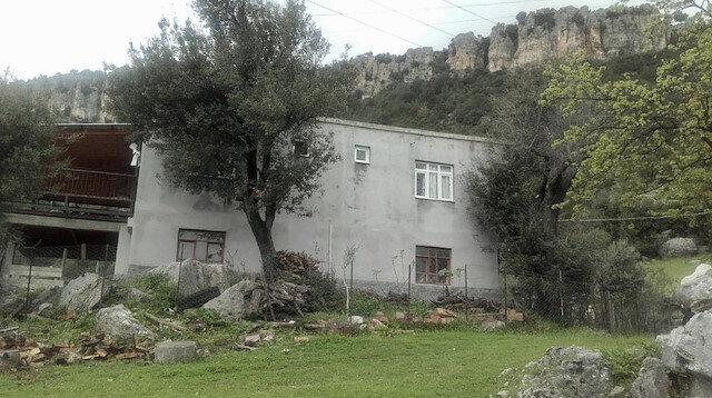 Yerleşim yerinin üst kısmında bulunan dev kayalar yerleşim yerine düşmeye başlamadı.