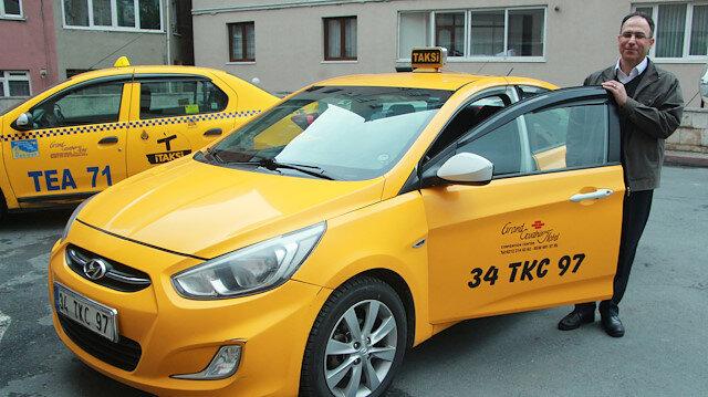 Taksisinde unutulan parayı sahibine teslim eden sürücü.