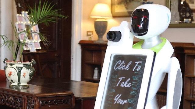 Eva isimli robot fotoğrafları maille gönderebiliyor.