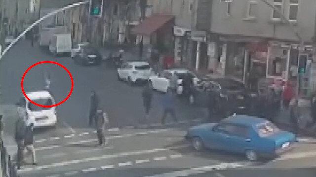 Tarlabaşında kırmızı ışıkta geçen kişiye otomobil çarptı