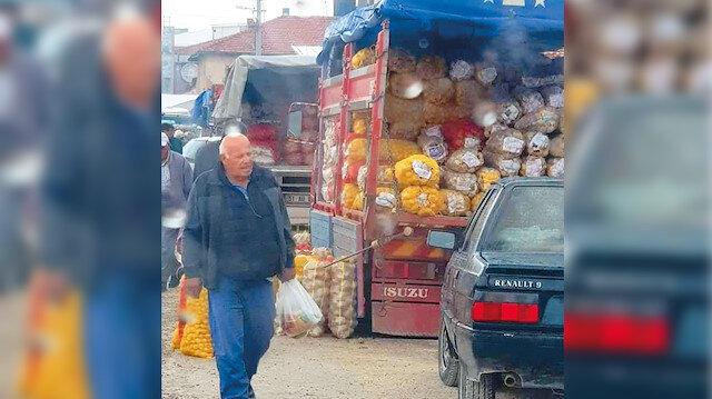 Konya'nın Ilgın ilçesinde müşteri bekleyen patates soğan dolusu kamyonların görüntüsü.