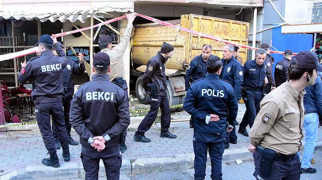 Kamyonun kahveye girdiği ihbarı üzerinde çok sayıda polis bölgeye sevk edildi.