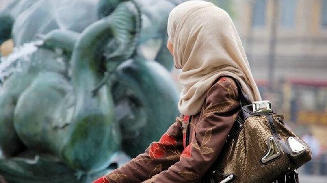 Asma Bounaouil, iş yerinde başörtüsü taktığı gerekçesiyle işten atılmıştı.