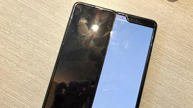 Galaxy Fold'un katlanabilir ekranı bozulunca tek tarafı çalışıyor.