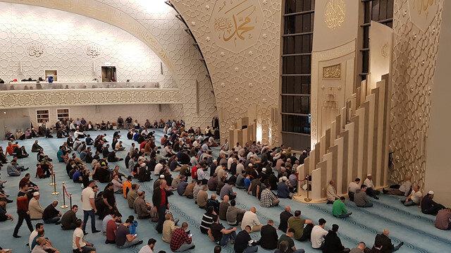 Vatandaşlar DİTİB Merkez Camisi'nde namazlarını eda etti.