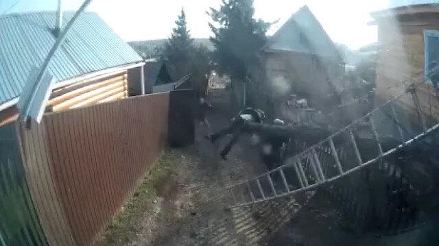 Elektrik direği sokaktaki kadının üzerine yıkıldı