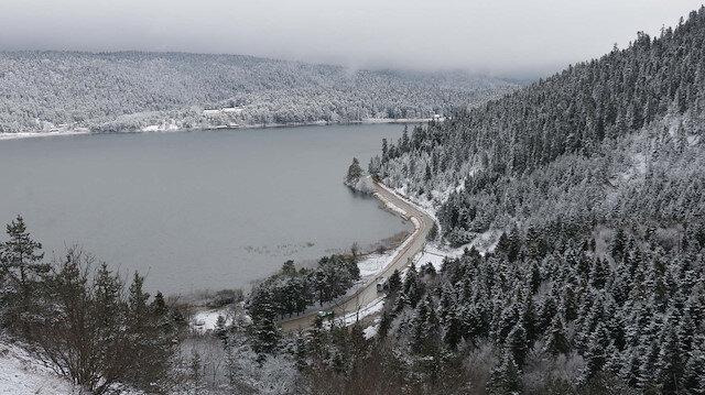 Abant'ta dün etkili olan kar yağışı etrafı beyaza bürüdü.