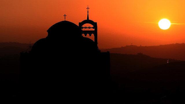 Ülkede 5,7 milyonluk nüfusun yüzde 75'inin kilise vergisi ödeyerek kiliseye üye olduğu kaydedildi.