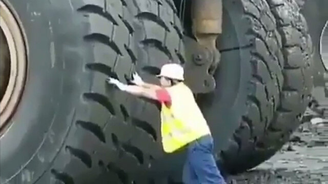 Maden işçisi kamyonun yanında küçücük kalıyor