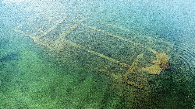 İznik Gölü'nün içinde bulunan bir kilisenin kalıntıları.