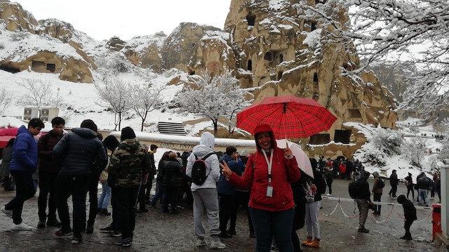 Turistler Kapadokya'da Nisan ayında yağan karın keyfini yaşadı