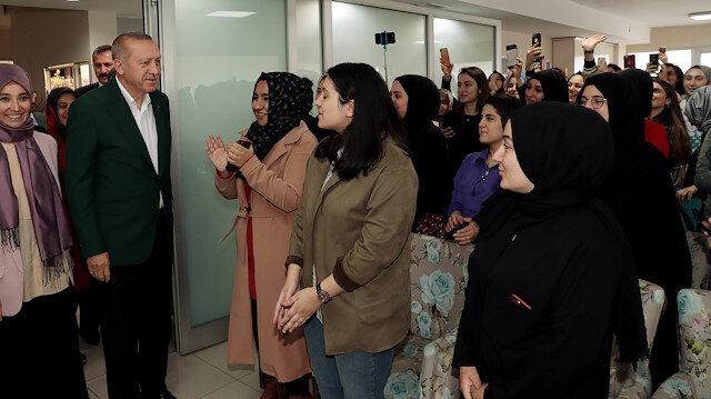 Cumhurbaşkanı Erdoğan, öğrencilerle sohbet etti.