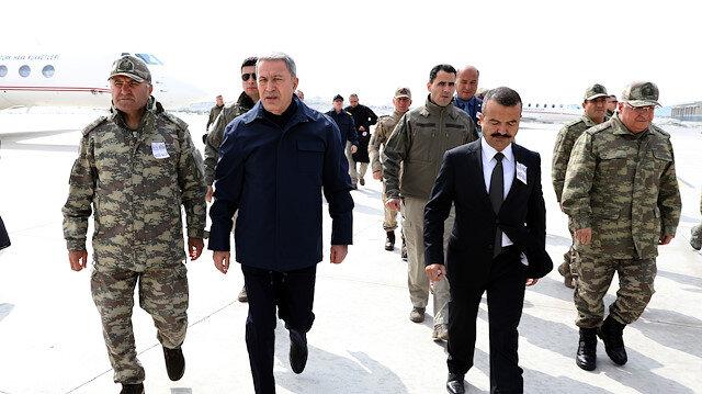 وزير الدفاع التركي يزور وحدات عسكرية على الحدود مع العراق