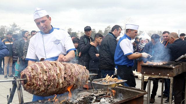 في مهرجان تركي.. توزيع نصف طن كباب بالمجان