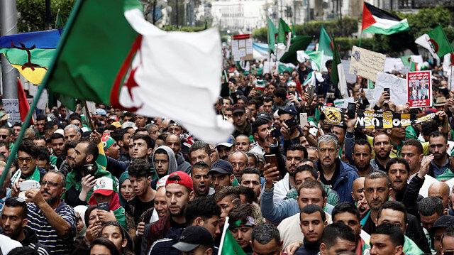 """Cezayir'de 20 yıldır yönetimde olan Buteflika, yaklaşık 1,5 aydır süren protestolar ve ordunun """"uyarıları"""" sonucu 2 Nisan'da istifa etmişti."""