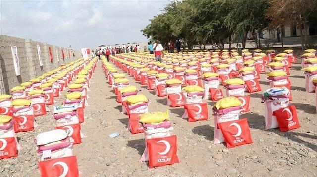 الهلال الأحمر التركي يوزع 2400 سلة غذائية بمأرب وأبين في اليمن