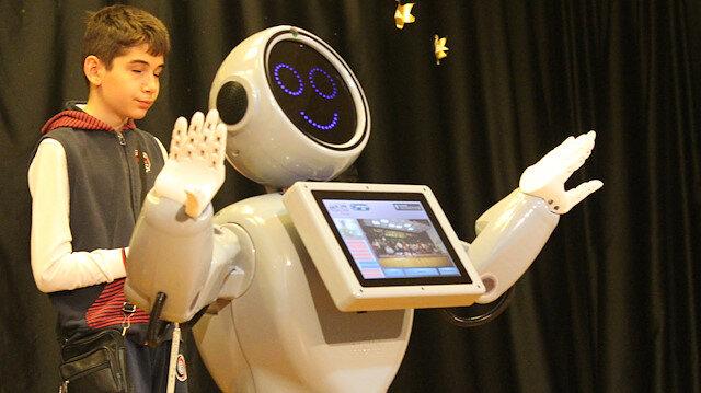 Mini ADA robotu 23 Nisan etkinlikleri için İstanbul'daki öğrencilerle buluştu.