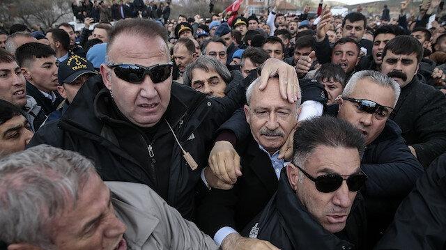 هذه قصة اعتداء مواطنين أتراك على زعيم المعارضة خلال جنازة شهيد
