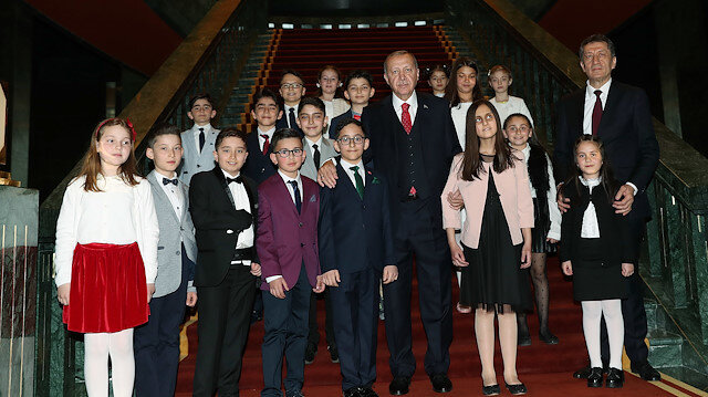 Cumhurbaşkanı Erdoğan çocuklarla.