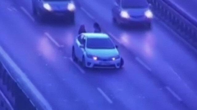 Araçlarının arkasında duran kadınlara böyle çarptı