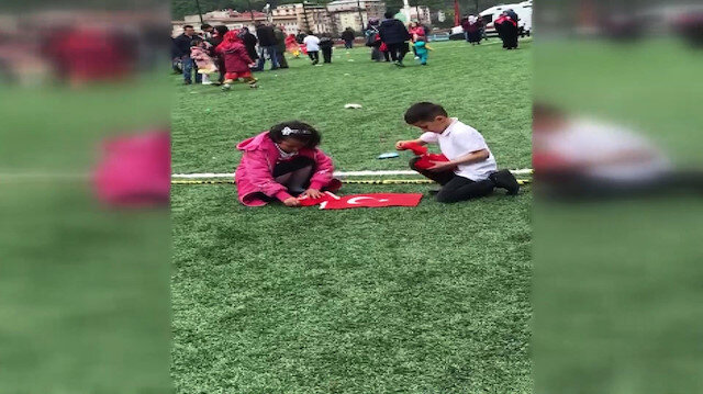 Çocuklar yerdeki Türk bayraklarını öperek topladı