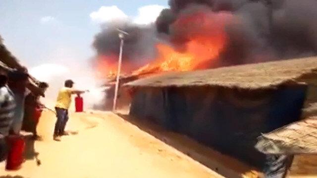 Arakanlı Müslümanların yaşadığı kampta yangın: 30 ev yandı