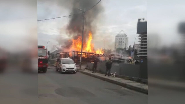 Ataşehir'de kereste deposu alev alev yandı