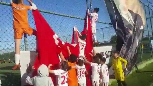 Minik futbolcular yere düşen bayrağı hep birlikte yerine astı