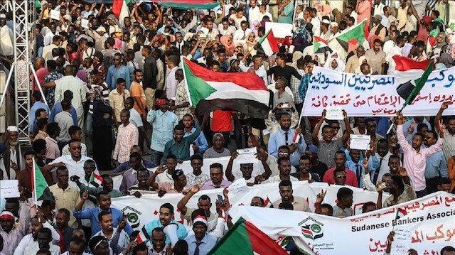 الآف المعتصمين يؤدون صلاة الجمعة أمام مقر قيادة الجيش بالخرطوم